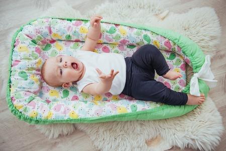 Biancheria da letto per bambini. Il bambino dorme nel letto. Un piccolo bambino sano subito dopo la nascita. Archivio Fotografico - 85769606