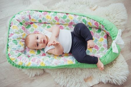 Biancheria da letto per bambini. Il bambino dorme nel letto. Un piccolo bambino sano subito dopo la nascita. Archivio Fotografico - 85708063