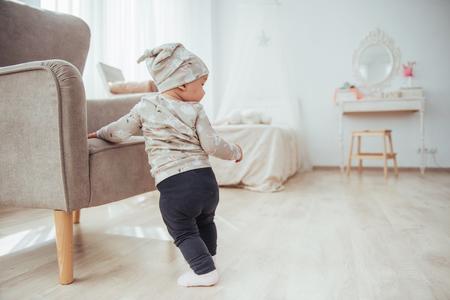 밝은 방 옆에 행복한 아기 의자
