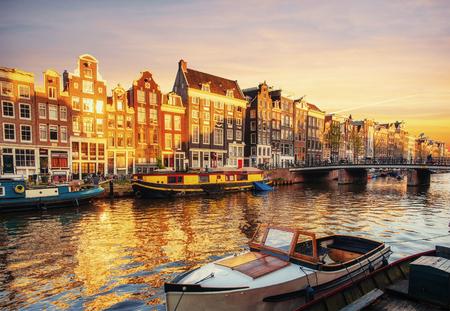 석양 암스테르담 운하입니다. 암스테르담은 네덜란드에서 가장 인구가 많고 인구가 많은 도시입니다. 스톡 콘텐츠