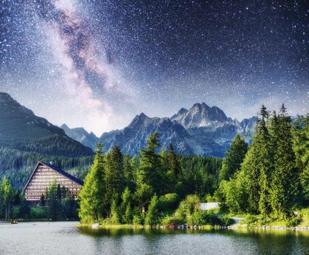 국립 공원 높은 Tatra에서 장엄한 산악 호수. 별이 빛나는 하늘과 은하수. Strbske pleso, 슬로바키아