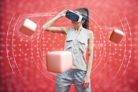 Concetto di realtà visiva. Giovane che utilizza la realtà visiva o l'auricolare VR e interagisce con l'oggetto. Archivio Fotografico - 85894829