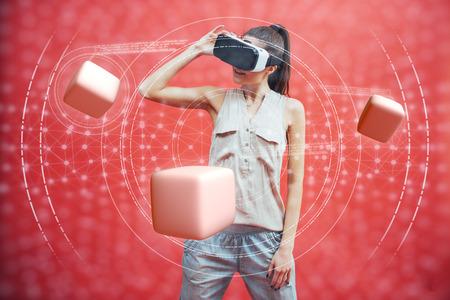 Visuele realiteit concept. Jonge man met behulp van visuele realiteit of VR-headset en interactie met object. Stockfoto