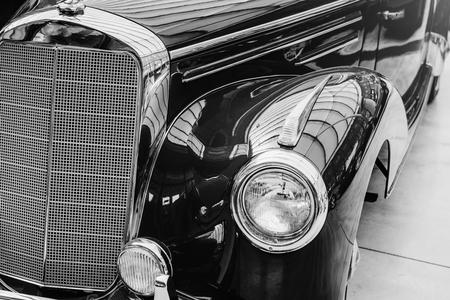 Nahaufnahme der Scheinwerfer und der vorderen Stoßstange auf Weinleseautomobil Standard-Bild - 87148957