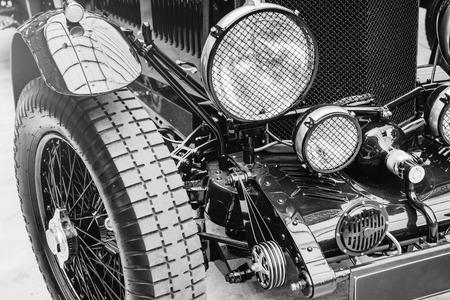 Nahaufnahme der Scheinwerfer und vordere Stoßstange auf Oldtimer Standard-Bild - 86233575