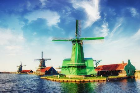 Traditionelle niederländische Windmühlen aus dem Kanal Rotterdam. Holland. Standard-Bild - 85894837