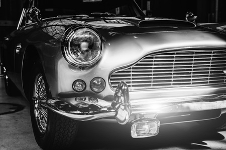 Primo piano dei fari e paraurti anteriore su auto d'epoca Archivio Fotografico - 86032898