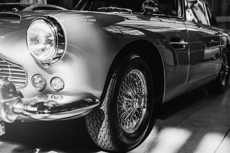 ヘッドライトとフロント バンパーに年代物の自動車のクローズ アップ 写真素材