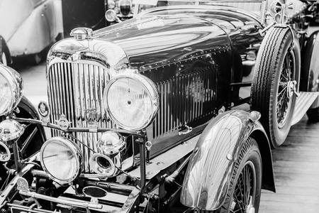 Nahaufnahme der Scheinwerfer und der vorderen Stoßstange auf Weinleseautomobil Standard-Bild - 85894840