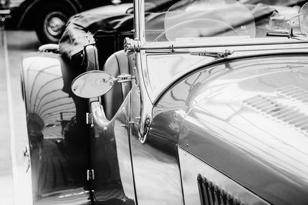そのレトロな車のクローズ アップ。美しいスタイル輸送展示