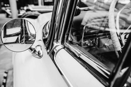 そのレトロな車のクローズ アップ。美しいスタイルのトランスポートの展覧会。