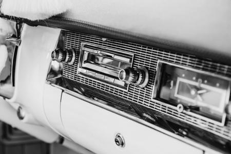 Radio in dashboard in het interieur van de oude vintage auto Stockfoto