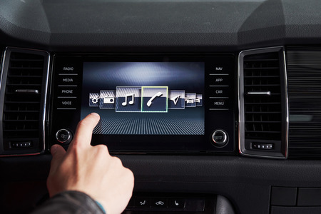 車のインテリア - デバイス、運転の概念。