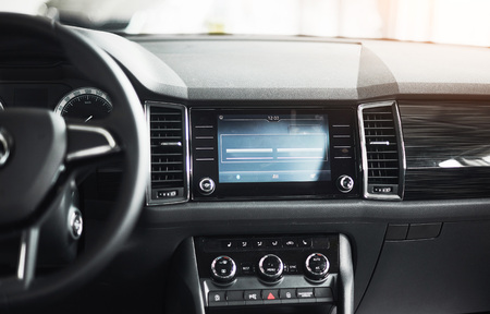 Luxe auto-interieur - stuurwiel, versnellingspook, dashboard en computer.