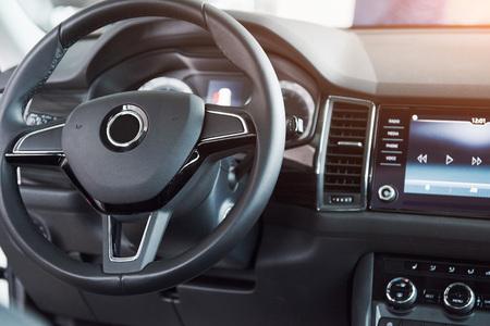 高級車のインテリア - ステアリング ホイール、シフトレバー、ダッシュ ボードとコンピューター。