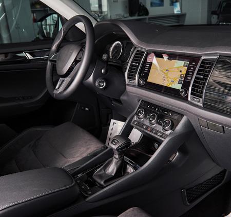 高級車のインテリア-ステアリングホイール、シフトレバー、ダッシュボードとコンピュータ。