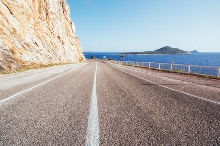 석양 바다를 따라 아스팔트도로입니다. 터키 스톡 콘텐츠