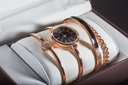 흰색 배경에 황금 여자의 손목 시계.