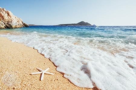黄色い砂と海の星と青い水と海岸の素晴らしい景色 写真素材