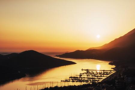 Fantastisch uitzicht op de pier boten in Turkije bij zonsondergang. Europa