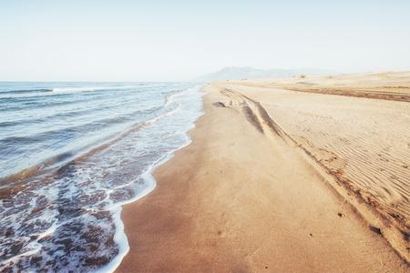 노란 모래와 푸른 물이 바다 해안 환상적인 전망. 스톡 콘텐츠