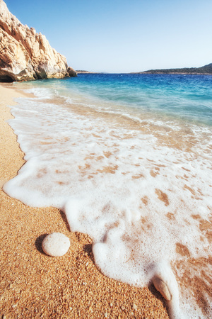 黄色の砂と青い水と海岸の素晴らしい景色を眺める。 写真素材