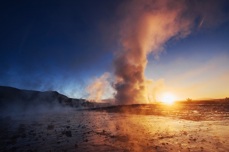 geysers in Iceland. Fantastic kolory.Turysty watch the beauty of the world.