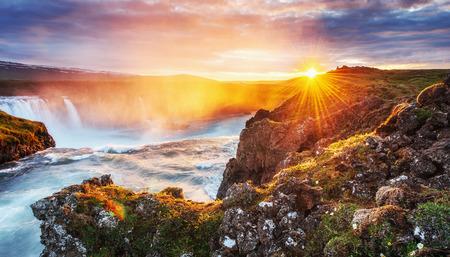 석양 Godafoss 폭포입니다. 환상적인 풍경. 아름 다운 적 운 구름입니다. 아이슬란드