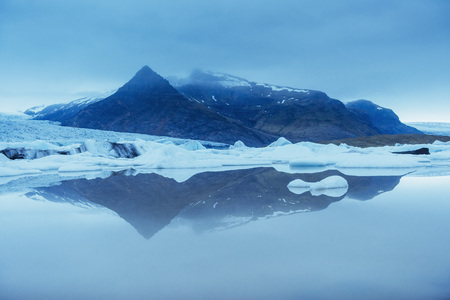 Jokulsarlon glacier lagoon, fantastic sunset on the black beach, Iceland. Banque d'images