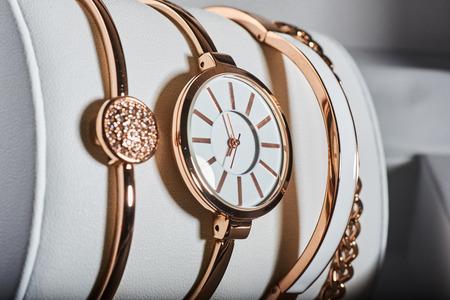 상자에서 흰색 배경에 황금 여자 시계.