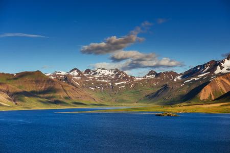 아이슬란드의 숲과 산의 그림 같은 풍경. 적 운 푸른 하늘을 통해 태양의 아름 다운 경치. 이탈리아