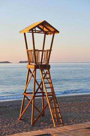 해안 경비대를위한 스페인의 해변 나무 오두막