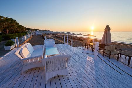 海と山と太陽のベッドやパラソルとビーチの砂浜のビーチの美しい景色を開きます。ホテル。リゾート。ケメロボ ケメル 写真素材