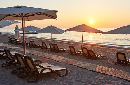 海と山に面したサンベッドとパラソルがあるビーチの美しい砂浜の景色を望めます。ホテル。リゾート。Tekirova-ケメル