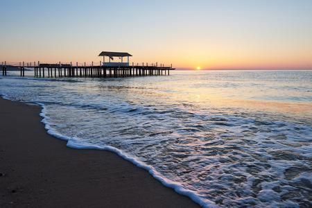 Pavillon auf dem hölzernen Pier in das Meer bei Sonnenuntergang Standard-Bild - 86755968