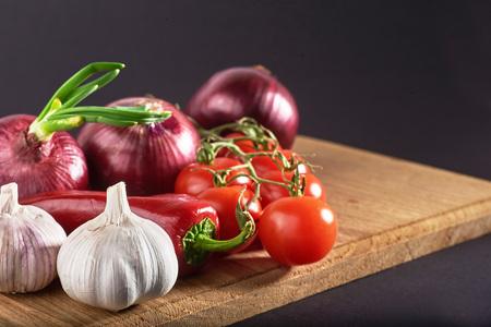 Ui en knoflook en hete pepers en tomaten Stockfoto - 86140129