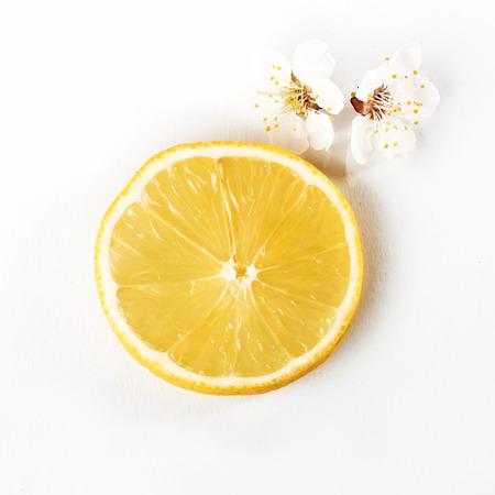 slice ripe lemon citrus fruit on a white background 版權商用圖片
