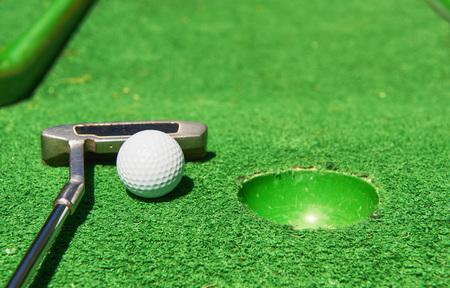 인공 잔디에 골프 공과 골프 클럽