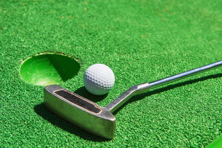 Golf ball and Golf Club on Artificial Grass Imagens