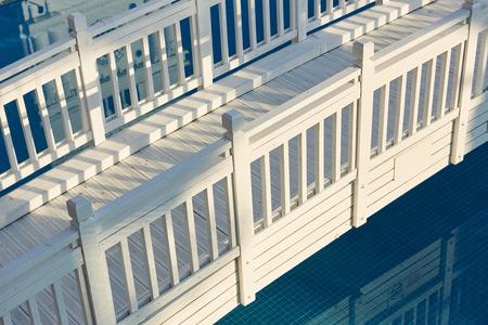 Schöne weiße Holzbrücke über Wasser Standard-Bild - 86140217