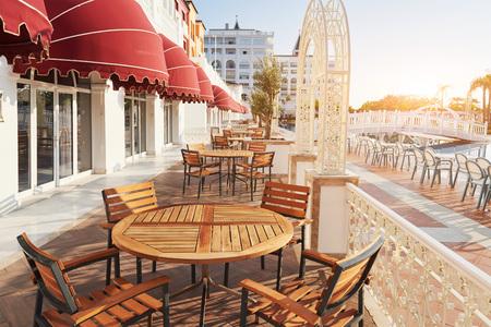 人気のアマラ ドルチェ ヴィータ高級ホテル リゾートします。プール、水公園、レクリエーション エリア、海沿いは日没時トルコの海岸します。ケ 写真素材