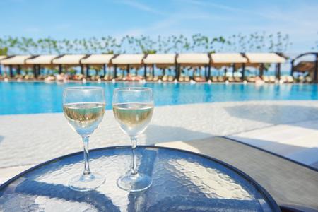 高級ホテルのリゾート プールでシャンパンのグラス。プールサイド パーティー。グラスで飲み物を注ぐ。アマラ ドルチェ ヴィータの高級ホテル。