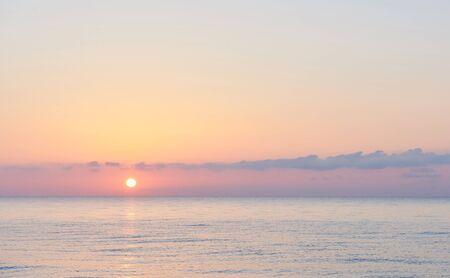 핑크 하늘. 극적인 일몰과 일출의 하늘