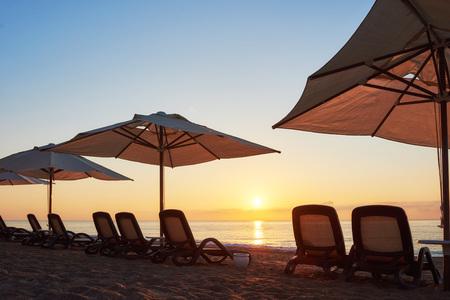 海と山と太陽のベッドやパラソルとビーチの砂浜のビーチの美しい景色を開きます。アマラ ドルチェ ヴィータの高級ホテル。リゾート。ケメロボ