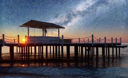 海と星空と天の川での木製桟橋の美しい景色 写真素材