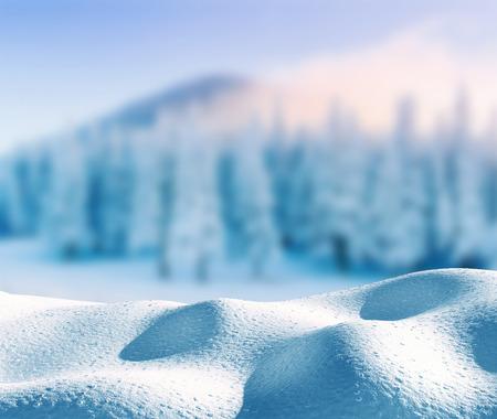 コピースペースでメリークリスマスと幸せな新年の挨拶の背景。冬のミステリアスな冬の風景。魔法の冬の雪覆われた木。カルパティア。ウクライ