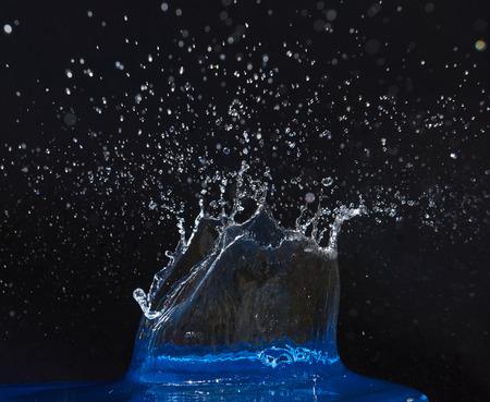 CLaboussure de la couronne d & # 39 ; eau sur la surface bleue Banque d'images - 86477659