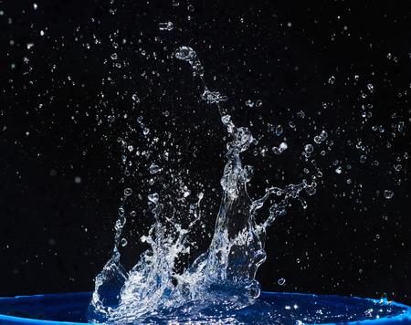CLaboussures d'eau, isolées sur un fond noir Banque d'images - 86477684