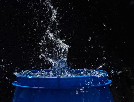 CLaboussures d'eau, isolées sur un fond noir Banque d'images - 86477687