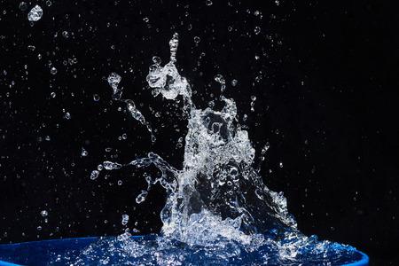 CLaboussures d'eau, isolées sur un fond noir Banque d'images - 86477690